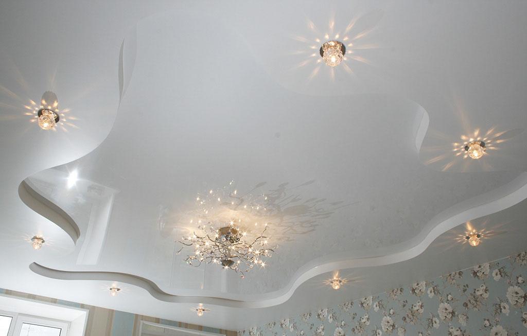 Белый двухуровневый потолок в зал