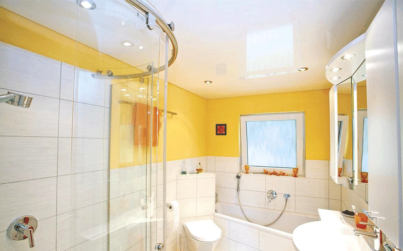 глянцевый натяжной потолок в ванну