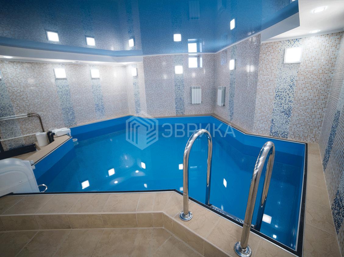 голубой натяжной потолок в бассейн