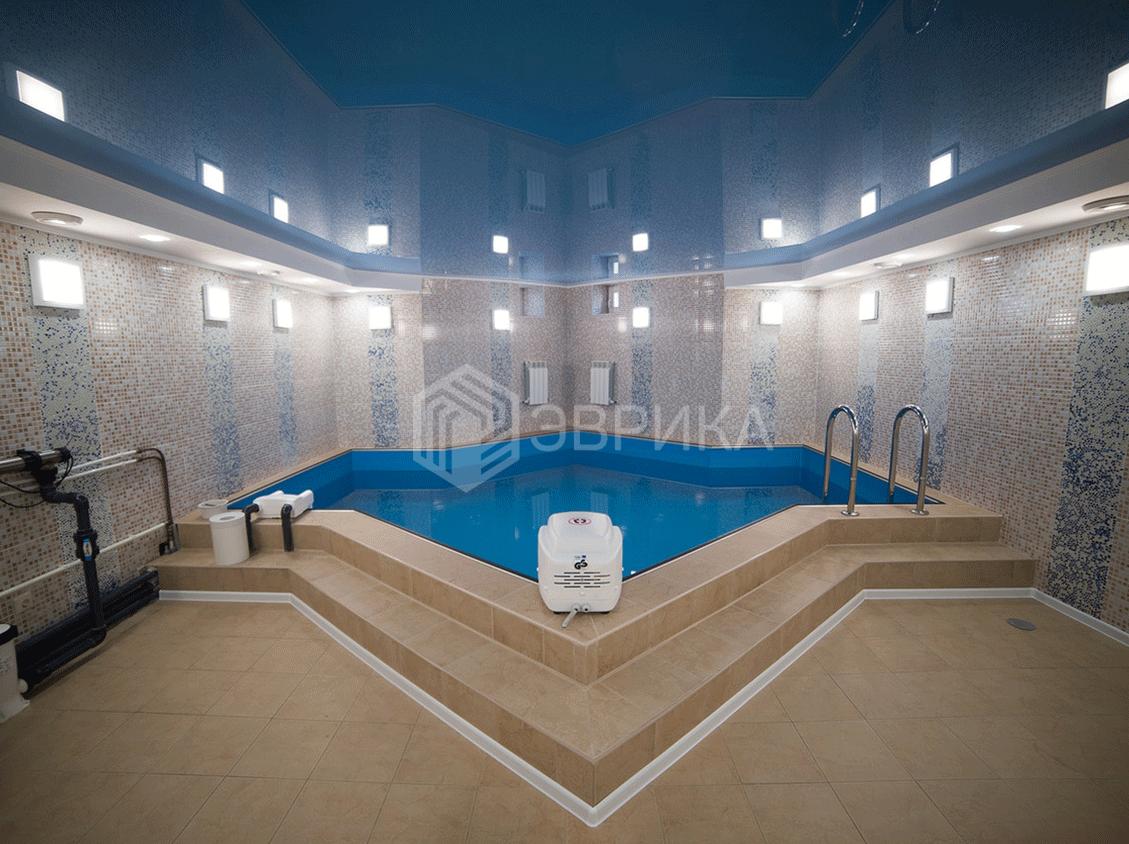 цветной натяжной потолок в ванну