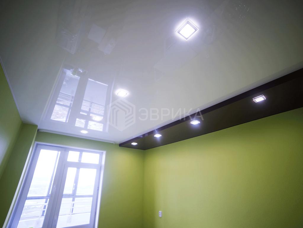 глягцнвые натяжной потолок на кухню