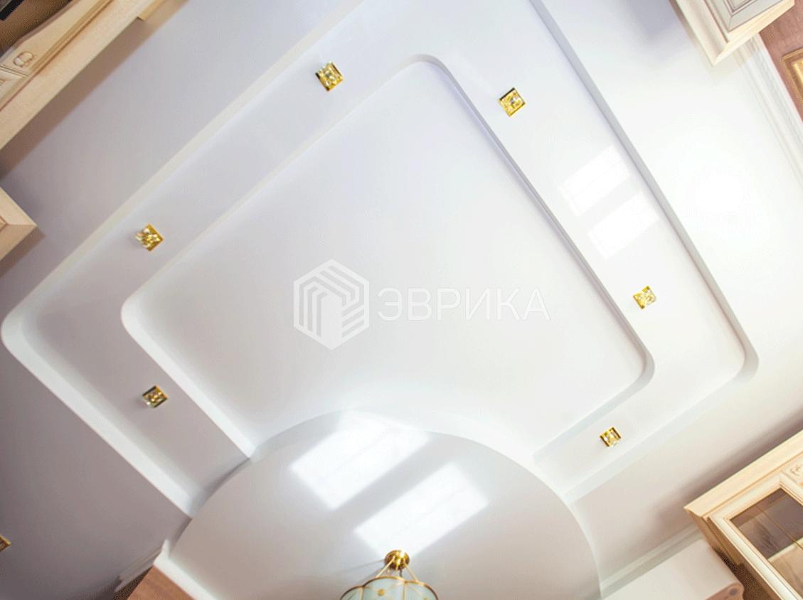 двухуровневый белый натяжной потолок на кухню