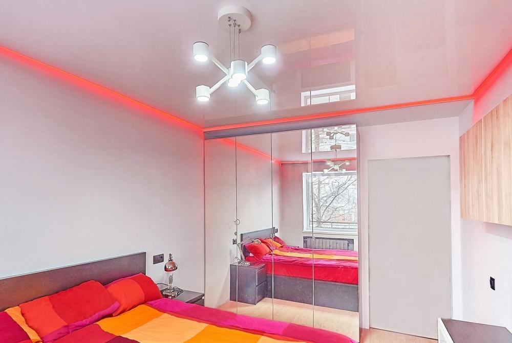 парящий натяжной потолок в спальне