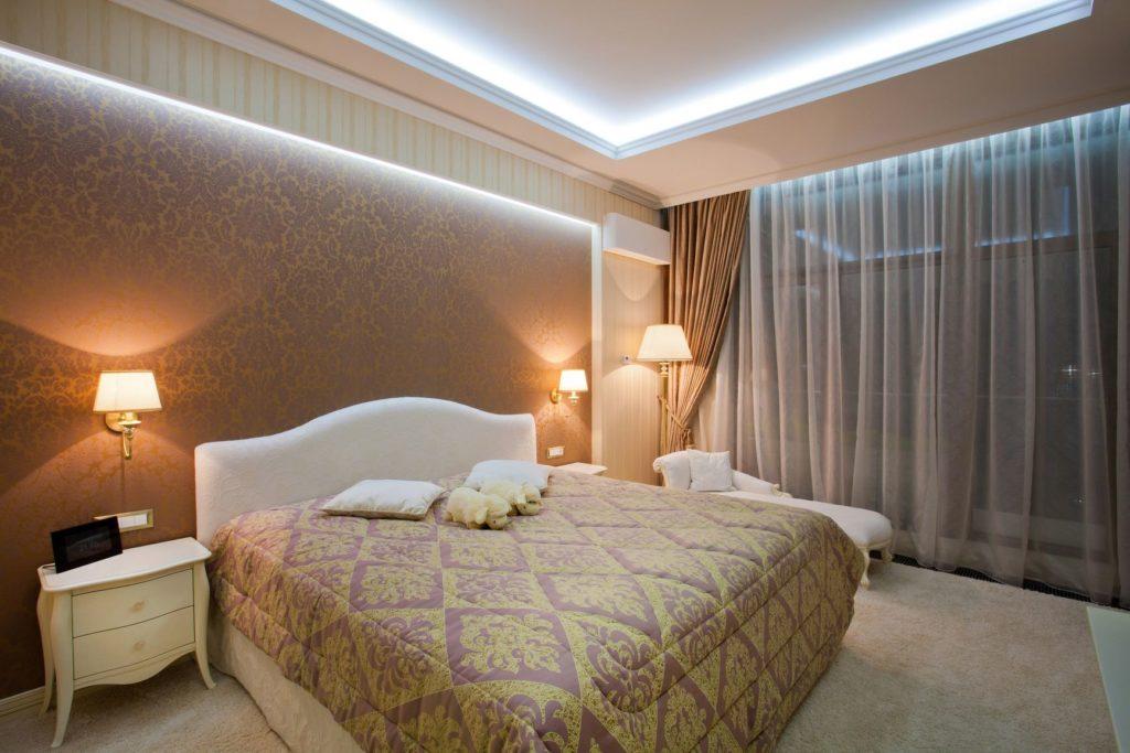 натяжной потолок со светодиодной подсветкой в спальне