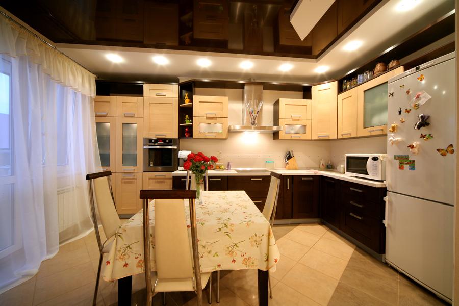 Коричневый многоуровневый потолок на кухню