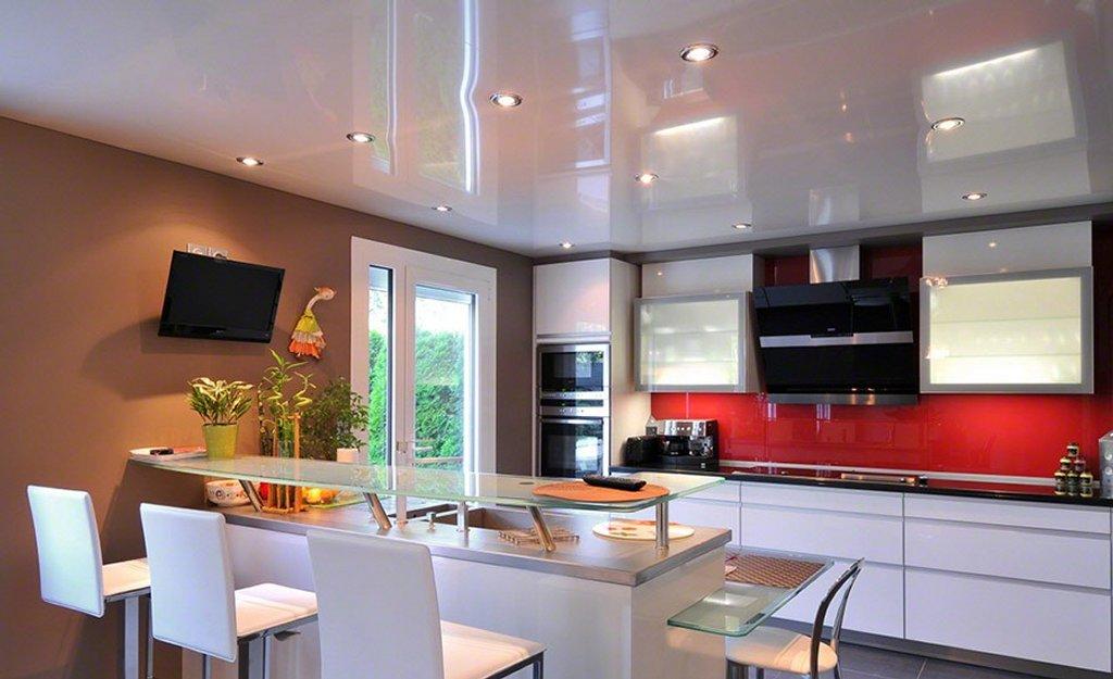 Лаковый натяжной потолок на кухню